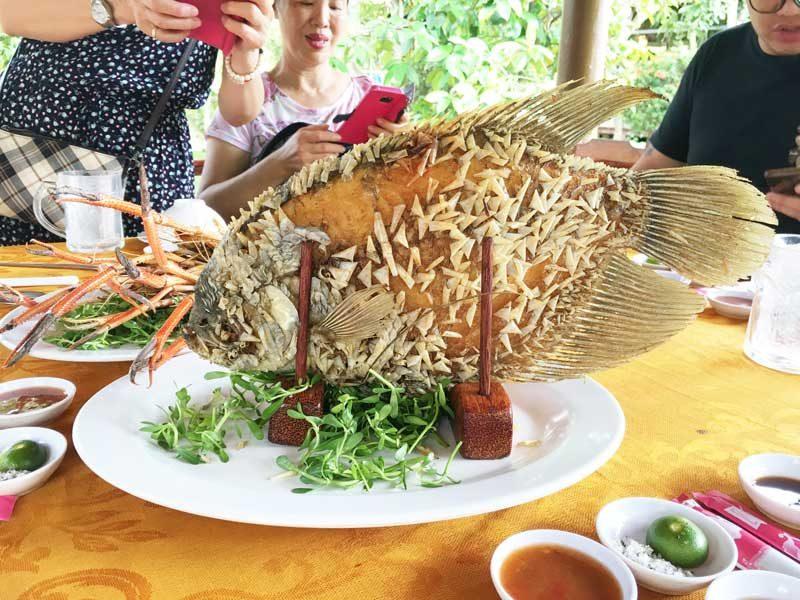 看啥!沒看過站在桌上的魚嗎!!