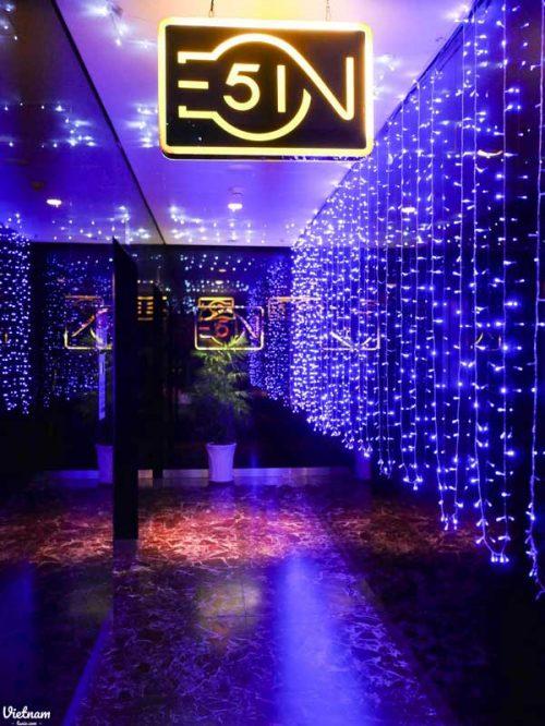 金光閃閃的入口,算是蠻常見的高空酒吧設計風格。